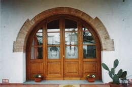 Ventanas y puertas de estilo  por Falegnameria Martinelli Sergio