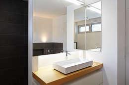 moderne Badkamer door Marcus Hofbauer Architekt