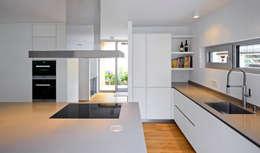 Marcus Hofbauer Architekt: modern tarz Mutfak