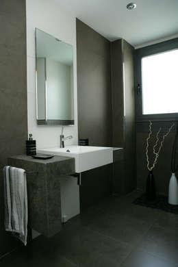 Baños de estilo moderno por PyD Oliván, S.L.