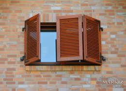 Puertas y ventanas de estilo clásico por homify