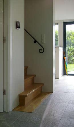op maat gemaakte trap met smeedijzeren leuning: landelijke Gang, hal & trappenhuis door Architectenbureau Rutten van der Weijden