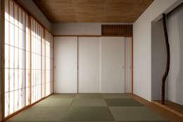modern Media room by 向山建築設計事務所