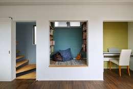 Projekty,  Pokój multimedialny zaprojektowane przez 向山建築設計事務所