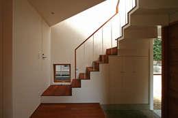極楽寺の家: 向山建築設計事務所が手掛けた廊下 & 玄関です。