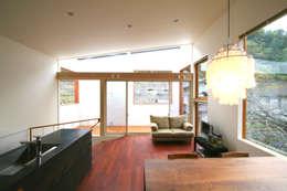 極楽寺の家: 向山建築設計事務所が手掛けたベランダです。