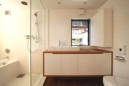 極楽寺の家: 向山建築設計事務所が手掛けた浴室です。