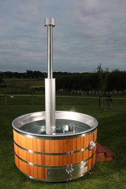 Spa de estilo rústico por Cedar Hot Tubs UK