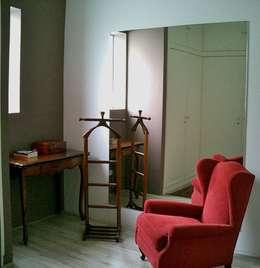 Casa minimalista na metrópole: Closets minimalistas por Kika Prata Arquitetura e Interiores.