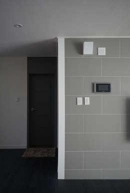 Salas de estilo moderno por 마르멜로디자인컴퍼니