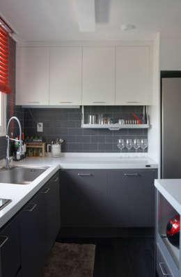 Cocinas de estilo moderno por 마르멜로디자인컴퍼니