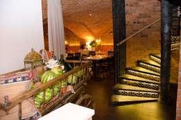 Vestíbulos, pasillos y escaleras de estilo  por ROOMERS