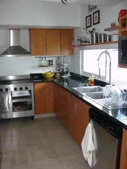 Cocinas de estilo minimalista por A2 HOMES SA DE CV