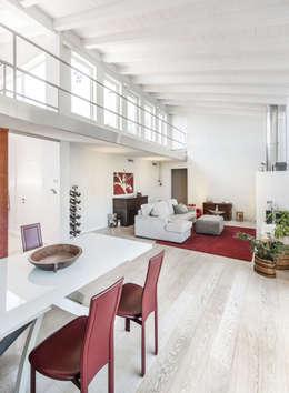 Salas de estilo moderno por Emmeti Srl