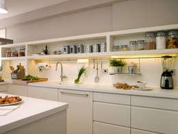 Tiradores tipo uñero, estética limpia y actual en la cocina: Cocinas de estilo moderno de DEULONDER arquitectura domestica