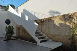Projekty,  Korytarz, przedpokój zaprojektowane przez Marenaci