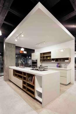 Boato Design Showroom: Cocinas de estilo moderno por Accion Reforma Arquitectos