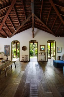 Salas / recibidores de estilo rústico por Vida de Vila