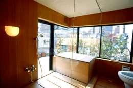 桧の浴室: 松井建築研究所が手掛けた浴室です。