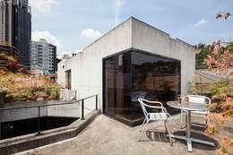 屋上テラス: 松井建築研究所が手掛けたベランダです。