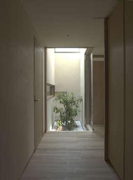 Pasillos y vestíbulos de estilo  por 株式会社コヤマアトリエ一級建築士事務所