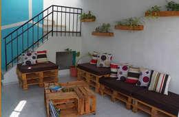 ARQUITECTURA SOBRECICLADA: Salas de estilo ecléctico por Punto Libre Arquitectura