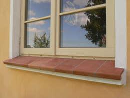 Tonfensterbänke im mediterranen Look:  Fenster von Rimini Baustoffe GmbH