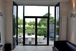 Woonhuis Nieuwveen: minimalistische Woonkamer door CG Interior Architecture