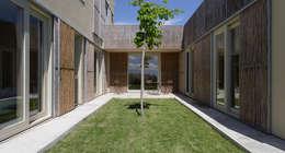 Projekty, nowoczesne Domy zaprojektowane przez b-House