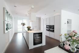 Moderne strakke greeploze witte Tieleman-keuken: moderne Keuken door Tieleman Keukens