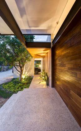 Por ahí: Pasillos y recibidores de estilo  por r79