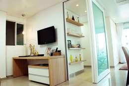 Sala multimedia de estilo  por Martins Lucena Arquitetos