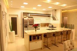 Cocinas de estilo moderno por Cristiane Rauber Arquitetura | Construção