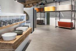 Une partie de l'exposition salle de bain à Sausheim: Salle de bain de style de style Moderne par FORGIARINI