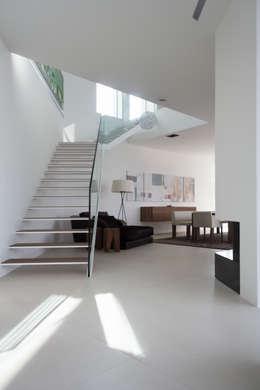 Projekty,  Korytarz, przedpokój zaprojektowane przez Anthrazitarchitekten