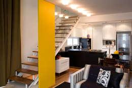 Projekty,  Korytarz, przedpokój zaprojektowane przez EVELIN SAYAR ARQUITETURA E INTERIORES