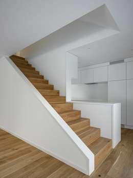 Salon de style de style Moderne par phalt Architekten AG