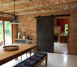Столовые комнаты в . Автор – FLAVIO BERREDO ARQUITETURA E CONSTRUÇÃO