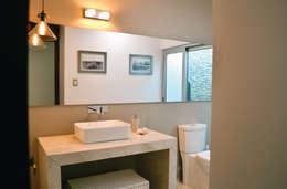 Baño de visitas: Baños de estilo  por OBRA BLANCA