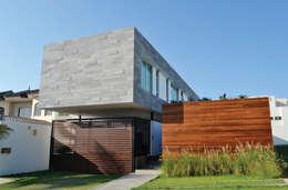 Casa Ivanna: Casas de estilo moderno por OBRA BLANCA