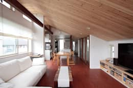 光と風が通り抜ける都心の家: アトリエグローカル一級建築士事務所が手掛けたリビングです。