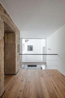 Couloir et hall d'entrée de style  par FPA - filipe pina arquitectura