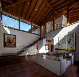 Cuarto de T.V.: Salas multimedia de estilo mediterraneo por JR Arquitectos