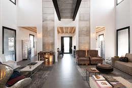 Salas de estilo moderno por Resin srl