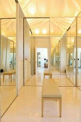 Casa Tortugas: Vestidores y placares de estilo moderno por JUNOR ARQUITECTOS