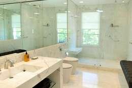 Casa Tortugas: Baños de estilo moderno por JUNOR ARQUITECTOS