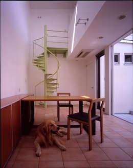 食堂でくつろぐ愛犬: Guen BERTHEAU-SUZUKI  Co.,Ltd.が手掛けたダイニングです。