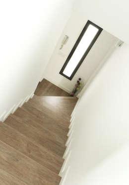 Couloir et hall d'entrée de style  par acertus
