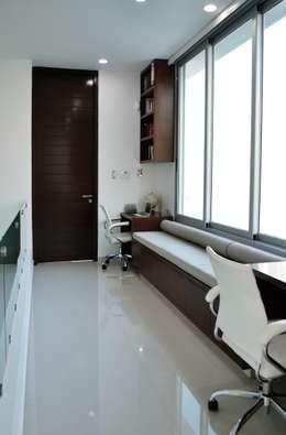 Oficinas de estilo moderno por OBRA BLANCA