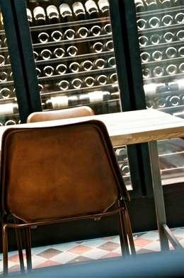 La cave pour rêver.: Cave à vin de style de style Moderne par Cabanes & Chateaux